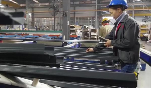 Dispositif d'essai de film pour profilés en aluminium de revêtement en poudre